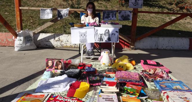 10 yaşındaki İpek sokak hayvanları için kurduğu tezgahta eşyalarını satıyor