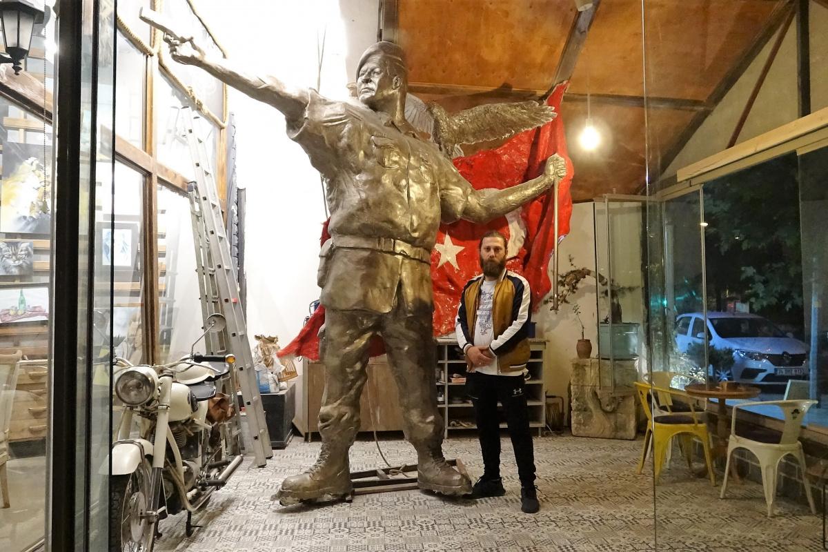 15 Temmuz kahramanı Ömer Halisdemir'in heykeli dikkat çekiyor