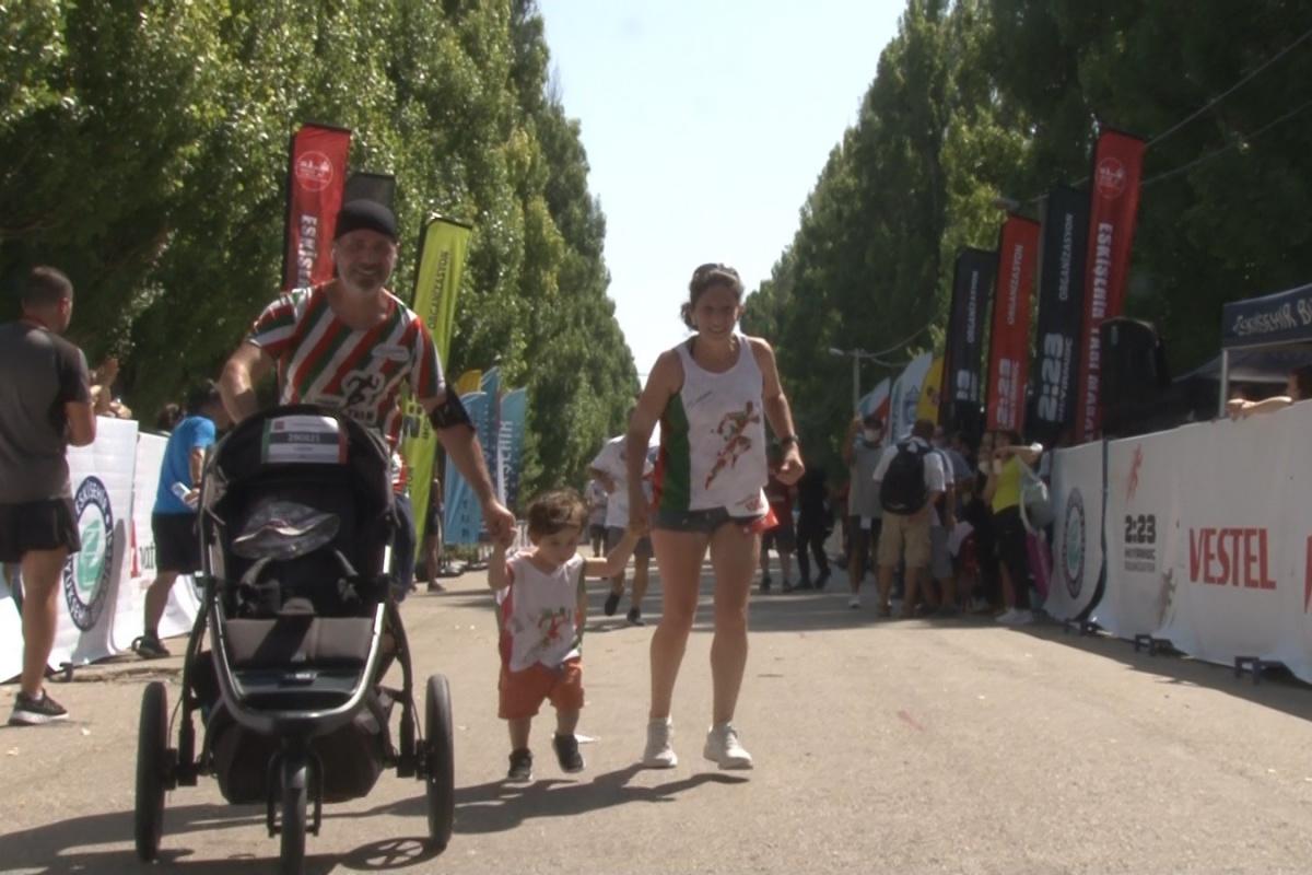 2 yaşındaki Lucas maratonu ailesi ile koştu