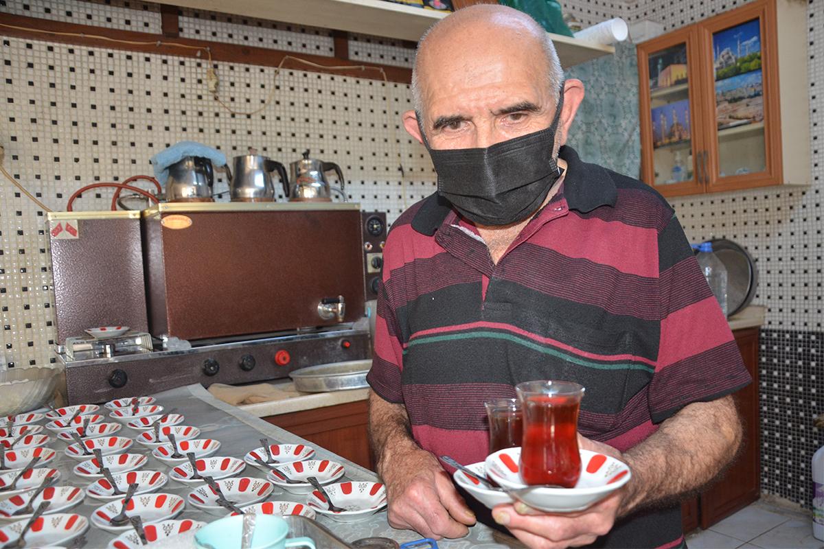 80 yaşındaki Osman dede 60 yıldır çaycılık yapıyor