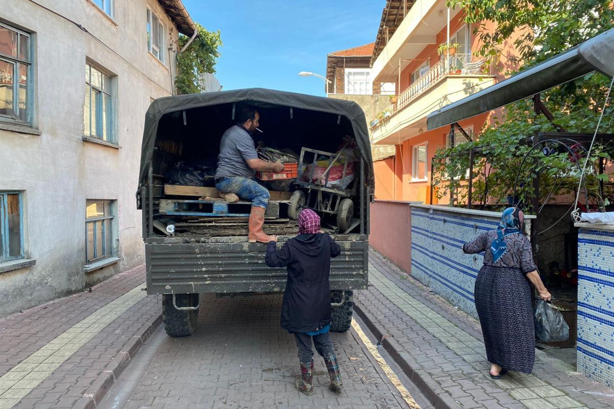 Afet bölgesinde askerler, vatandaşların eşyalarını da taşıyor