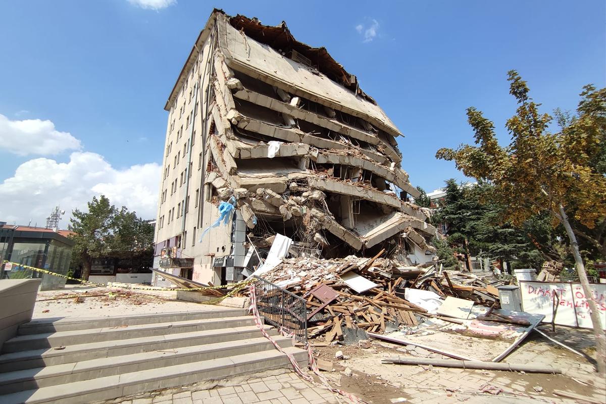 Afyonkarahisar'da kontrolsüz yıkım korku dolu anlar yaşattı