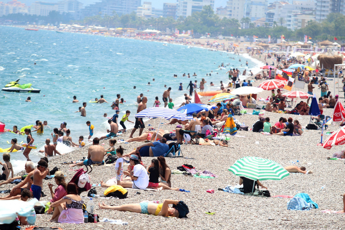 Antalya'da termometreler 43'ü gösterdi, sahiller doldu taştı