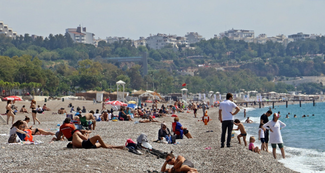 Antalya sahilleri kademeli normalleşmenin ikinci gününde de doldu taştı