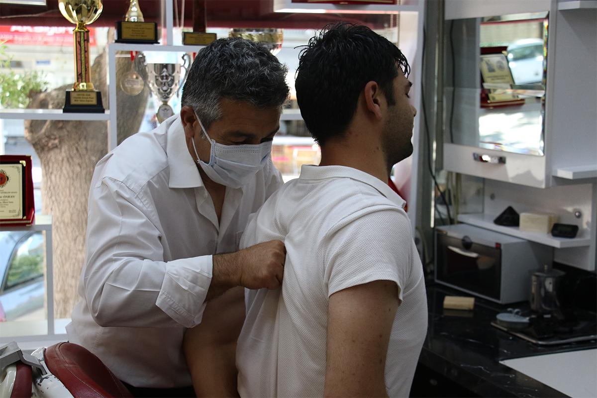 Aşısını olup gelene ücretsiz cilt bakımı ve masaj yapıyor