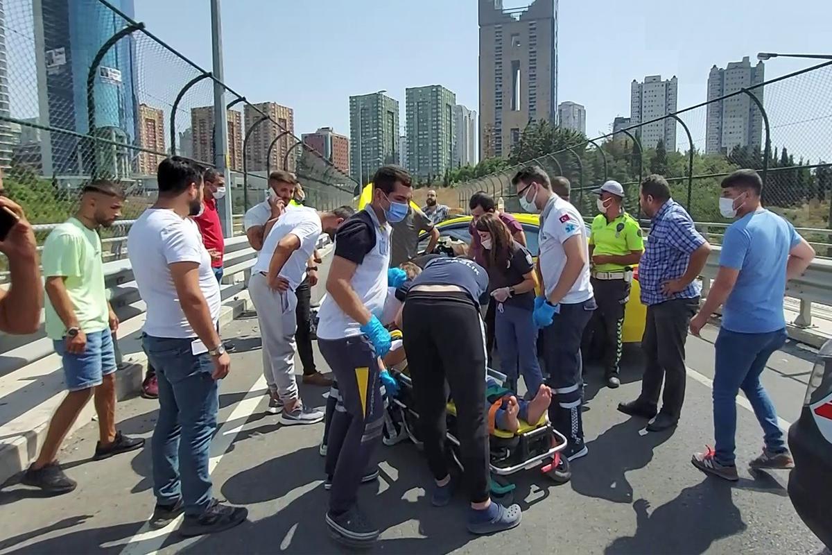 Ataşehir'de bariyerlere çarpan taksici araç içinde sıkıştı