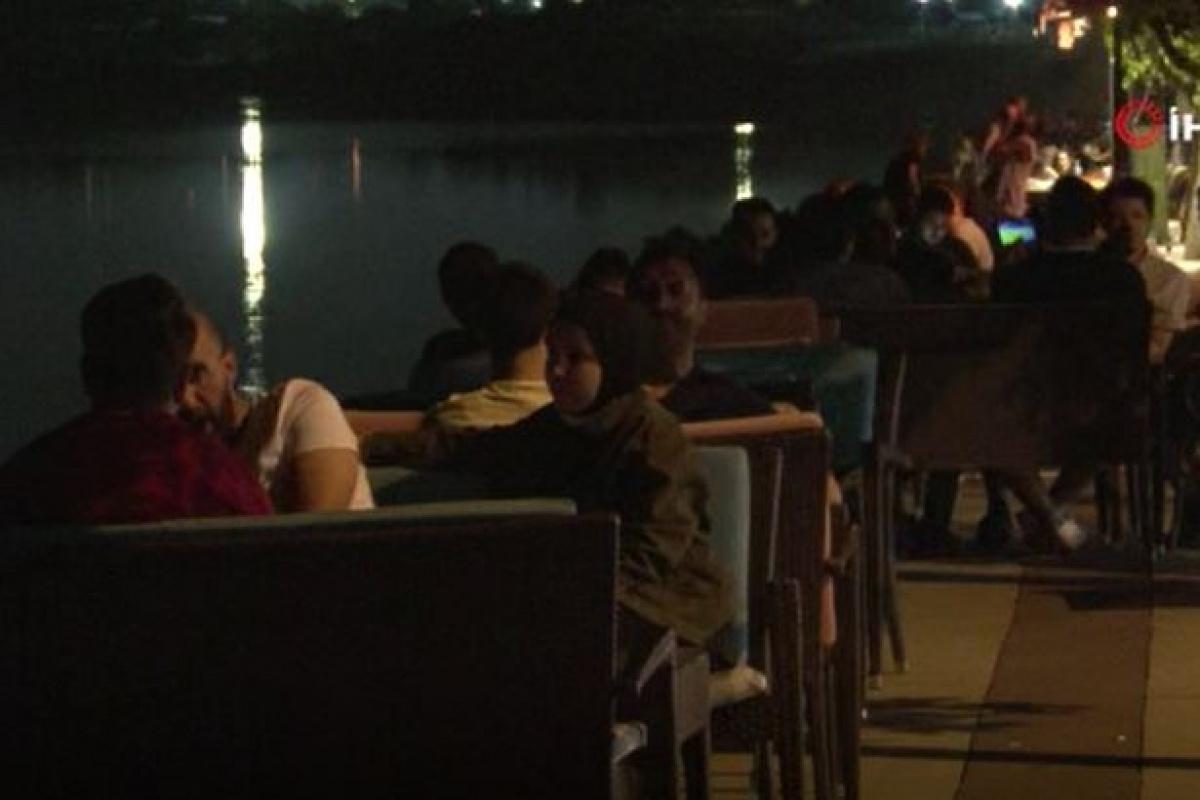 Avcılar'da kısıtlamasız ilk akşam kafelerde ve parklarda yoğunluk