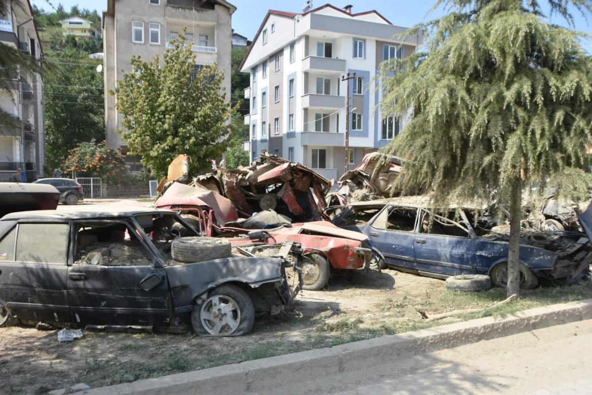 Ayancık'ta sel sonrası araba mezarlığı