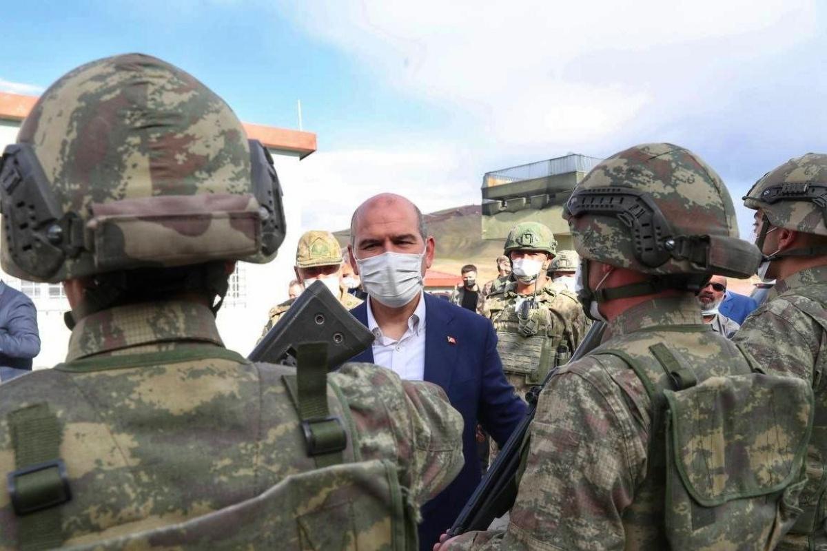 Bakan Soylu askerlerle ve depremzedelerle bir araya geldi