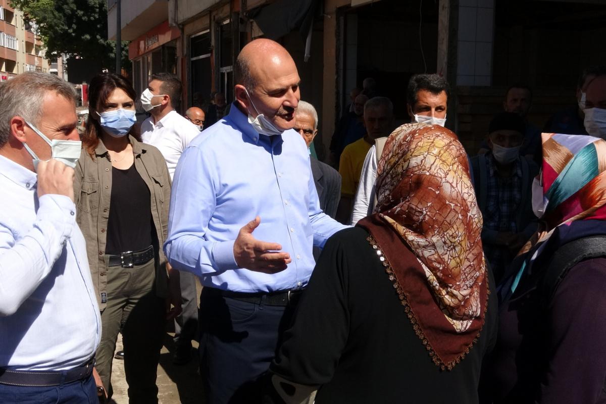 Bakan Soylu'dan selzede kadına: 'Cumhurbaşkanı talimat verdi, 1 yılda evlerinize gireceksiniz'