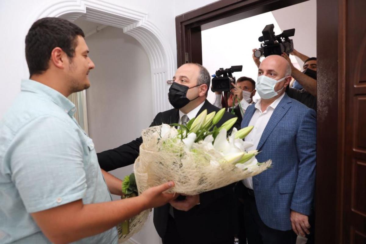 Bakan Varank'tan darp edilen muhabirimize anlamlı ziyaret