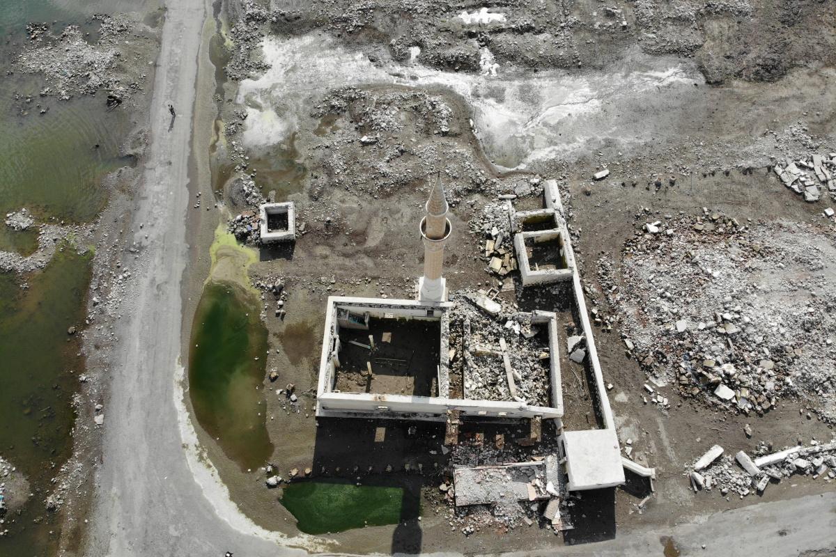 Baraj suları çekildi, cami ve okul ortaya çıktı