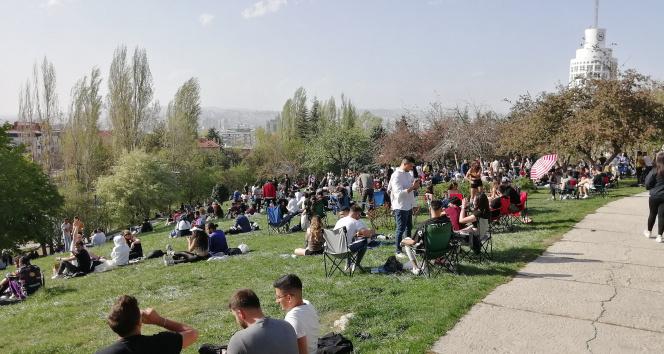 Başkent'te kısıtlamaya dakikalar kala sosyal mesafe unutuldu