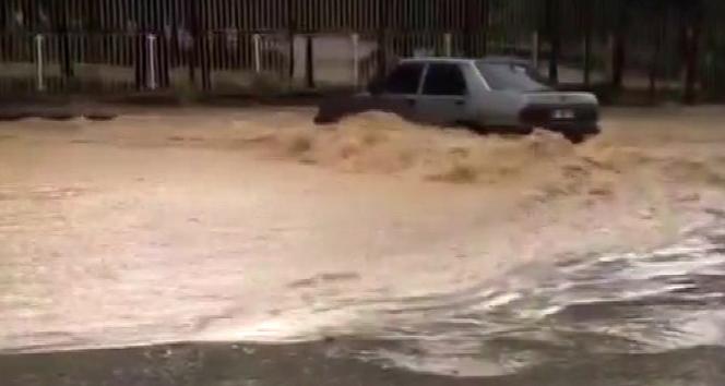 Başkent'te yağmur suları araçları sürükledi