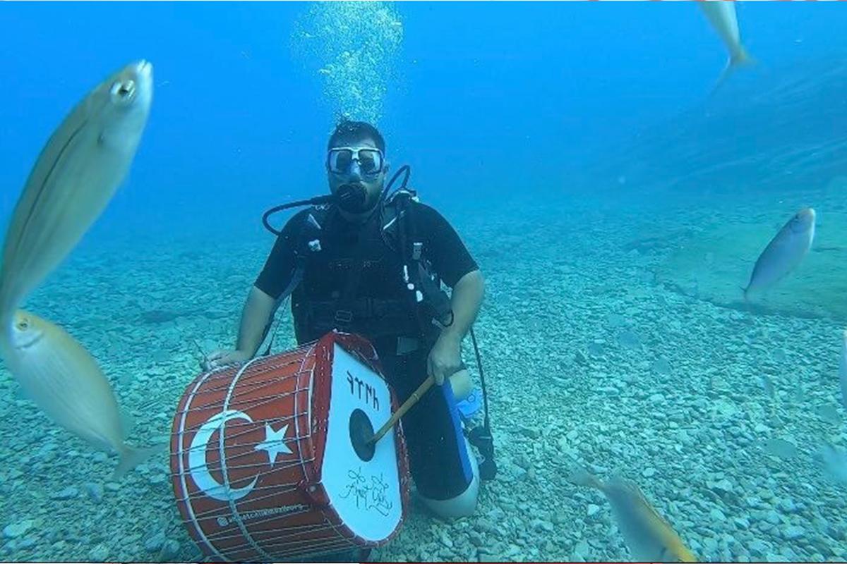 Bu da çılgın davulcu: Havada, karada ve denizin altında davul çaldı