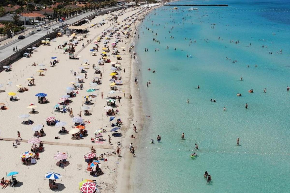 Çeşme plajlarındaki bayram yoğunluğu havadan görüntülendi