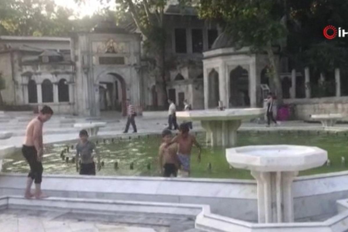 Çocukların süs havuzunda tehlikeli eğlencesi kamerada