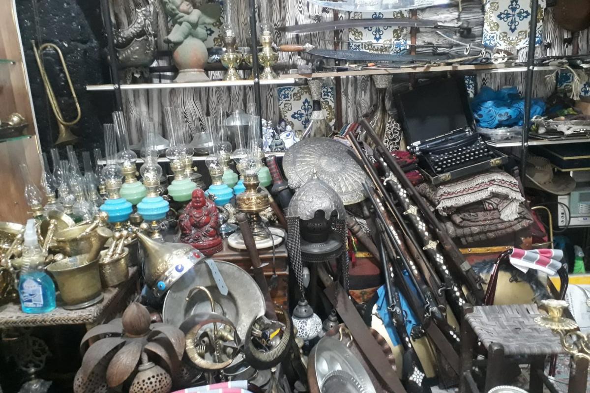 Çocukluktan gelen eski eşya biriktirme hobisi onu antikacı yaptı