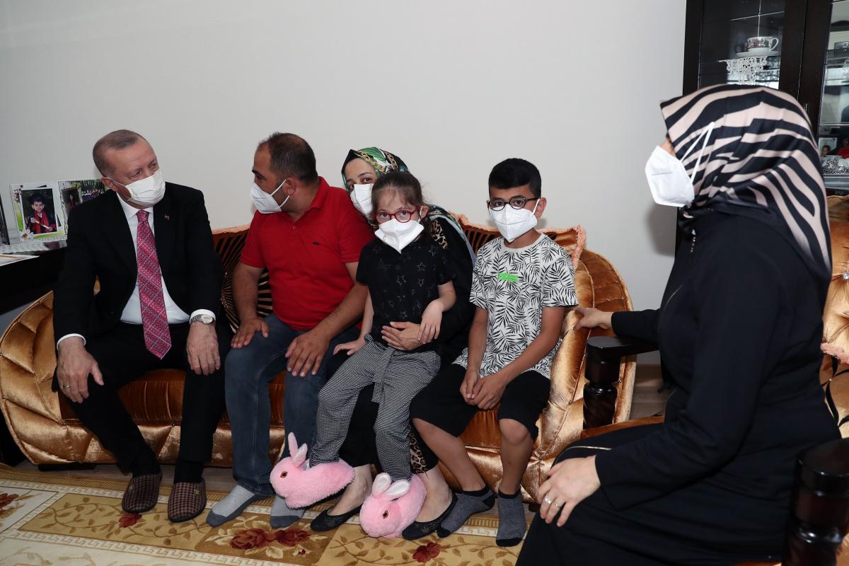 Cumhurbaşkanı Erdoğan, konuk olduğu ailenin doğacak bebeğinin ismini verdi