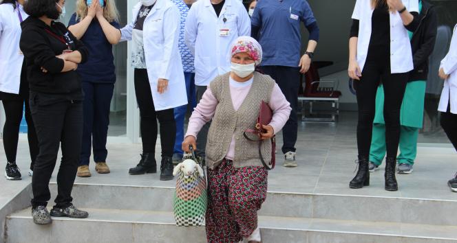 Doğum sırasında sakatlanan kuzuyu pazar çantası ile veterinere getirdi