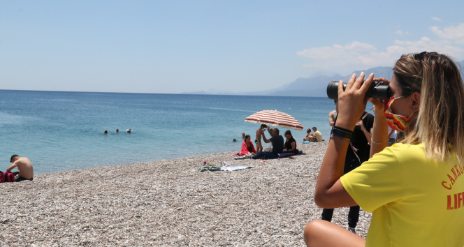 Dünyaca ünlü sahilin tek kadın cankurtaranı vatandaşların su üzerindeki her adımını izliyor