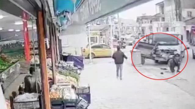 Düzce'de kontrolü kaybeden sürücü marketin sebze meyve reyonuna çarparak durabildi