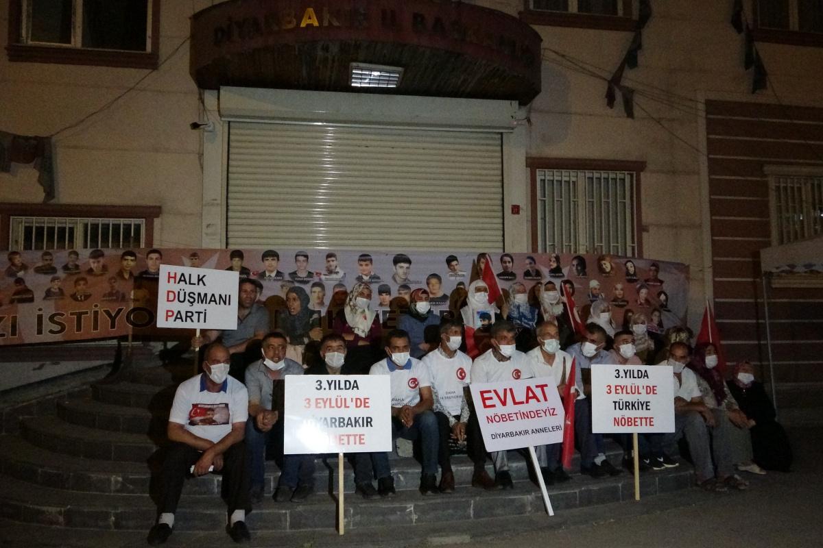 Evlat nöbeti tutan acılı aileler gece nöbetine devam ediyor