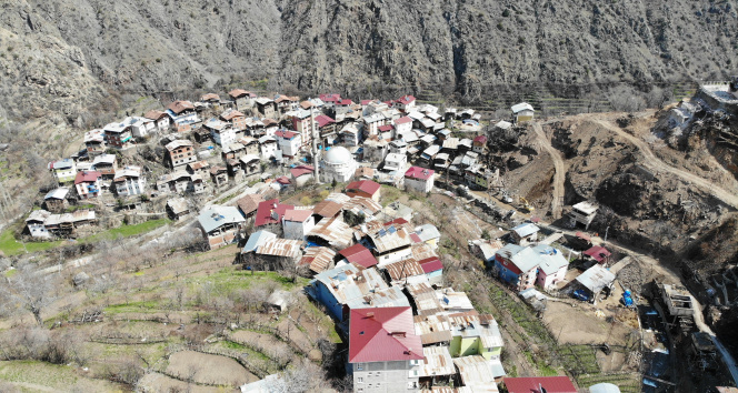 Evleri yanan komşularına evlerini açtılar