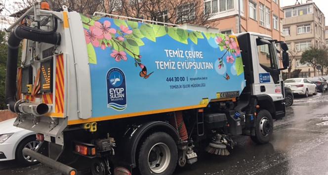 Eyüpsultan'da yollar yıkandı, bina girişleri, çöp konteynırları dezenfekte edildi
