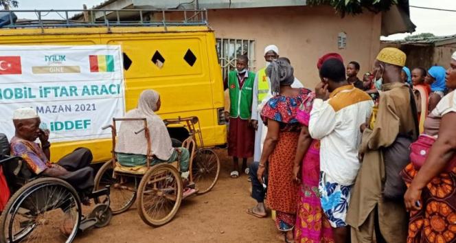 Gine'de her gün 2 bin 500 kişilik iftar yemeği dağıtılıyor