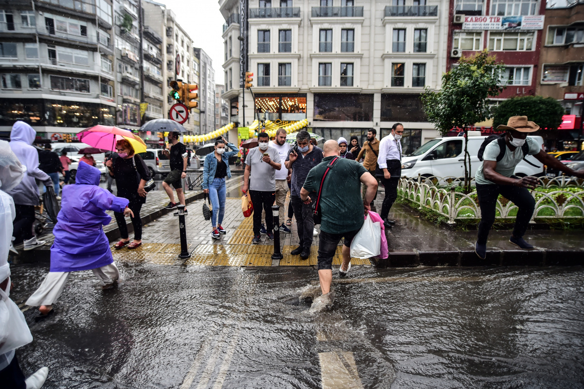 Göle dönen yollarda vatandaşların yağmurla imtihanı