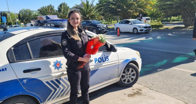 Görev başındaki kadın polislere Anneler Günü'nde duygulandıran süpriz