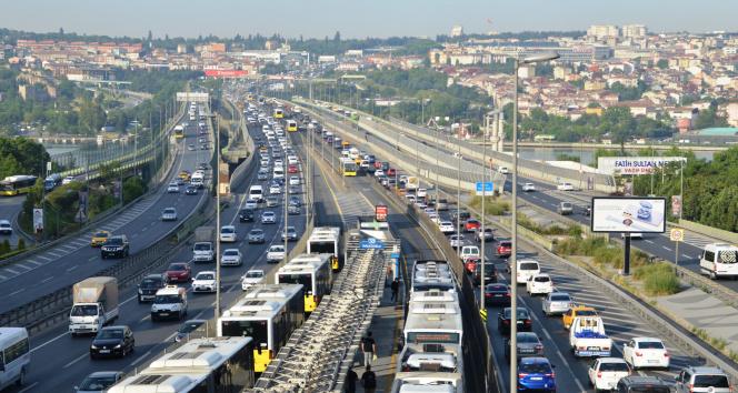Hafta sonu kısıtlaması sona erdi, trafik çilesi başladı
