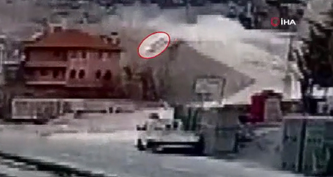 Hemşirenin otomobiliyle 30 metreden bahçeye uçma anı görüntüye yansıdı
