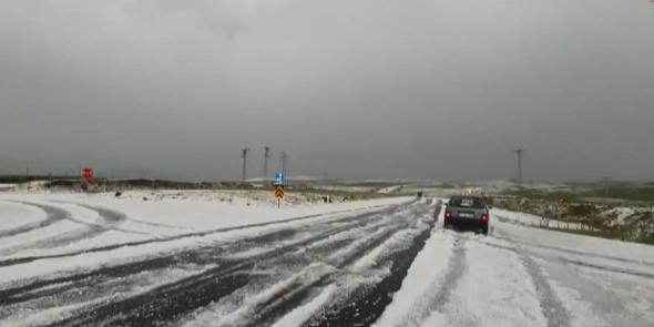 Her yer bir anda beyaza büründü, araçlar yolda mahsur kaldı