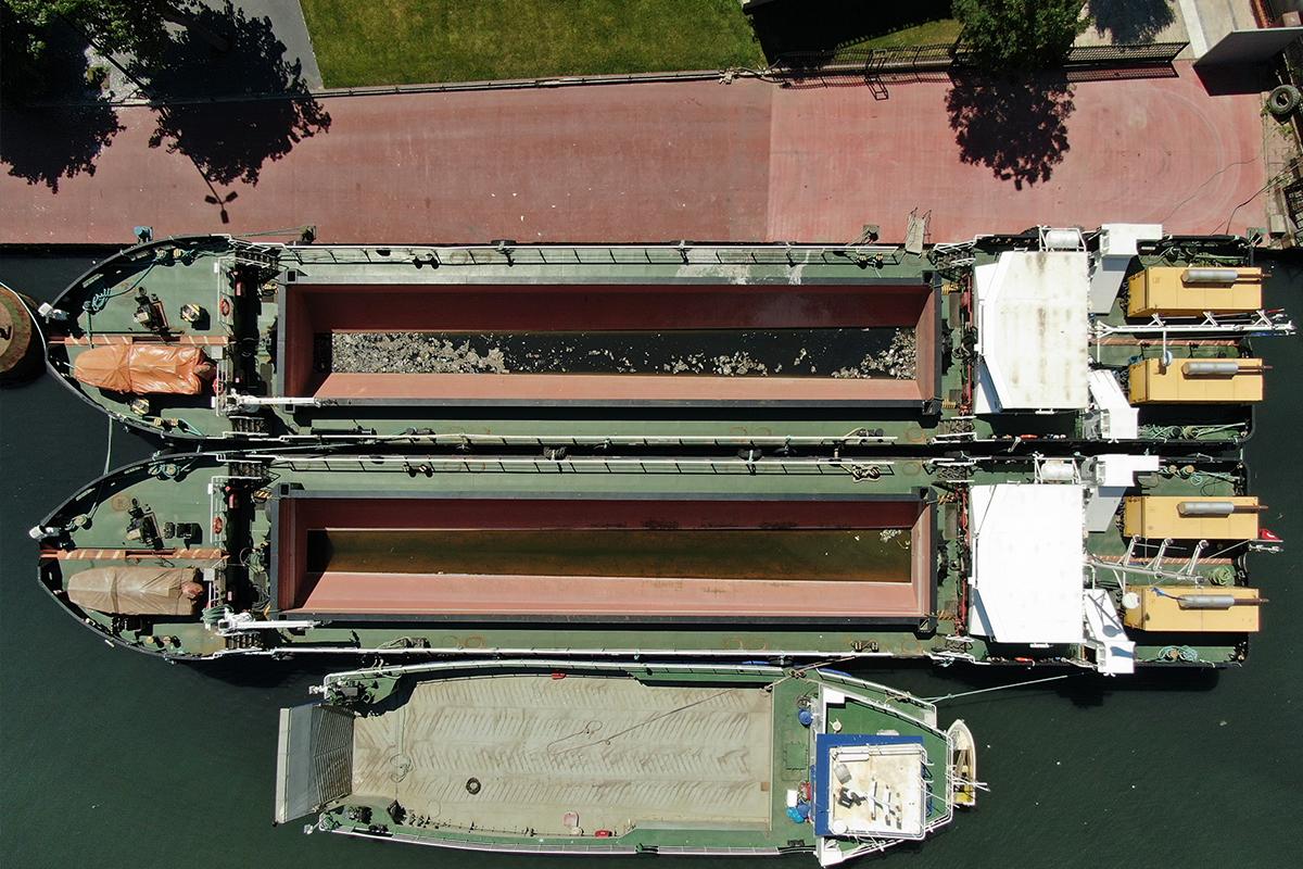İBB'nin iskeleye bağlı olarak müsilaj temizleyen gemileri havadan görüntülendi