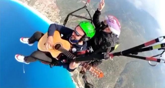 İki bin metrede gitarla uçtu