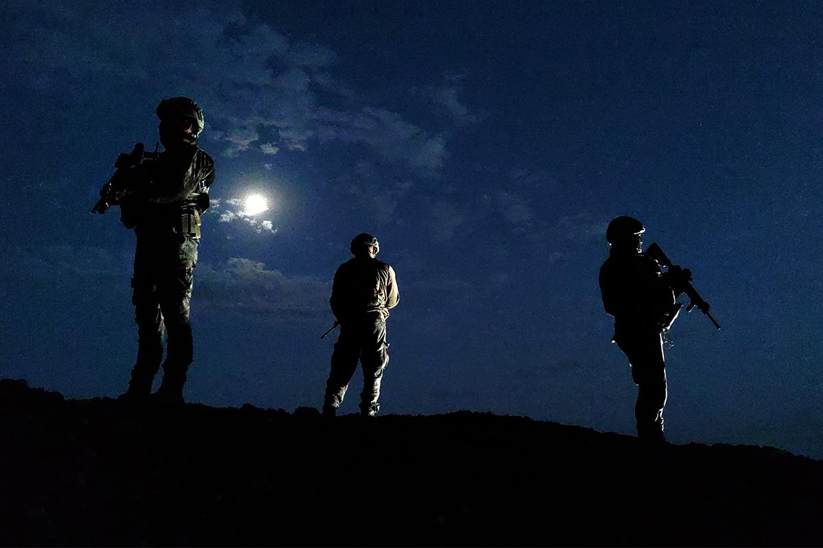 İran sınır hattı zifiri karanlıkta da gözetim altında tutuluyor