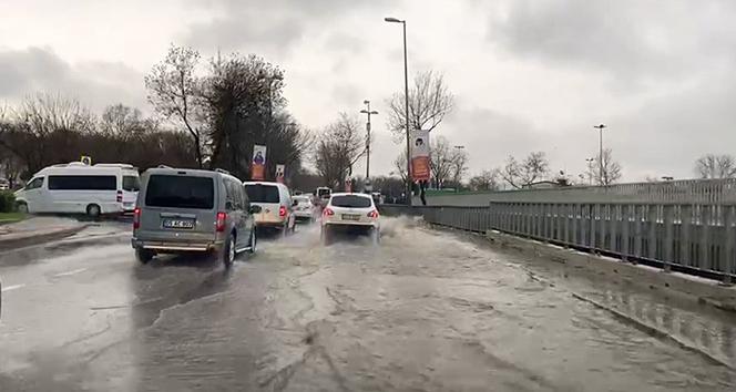 İstanbul'da bazı caddelerde su birikintileri oluştu