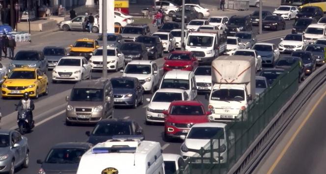 İstanbul'da kısıtlama öncesi trafik yoğunluğu rekor seviyeye ulaştı