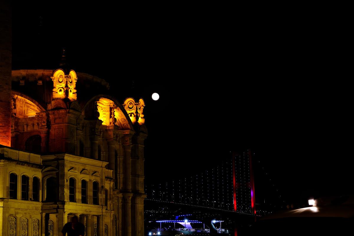 İstanbul'da mest eden dolunay manzarası