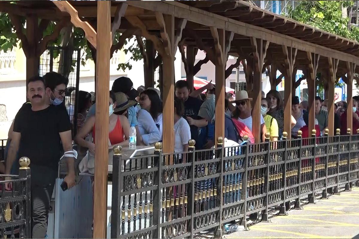 İstanbullular Kurban Bayramı tatilinde Büyükada'ya akın etti