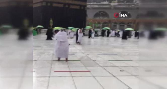 Kabe'de sağanak yağışa rağmen tavaf devam etti