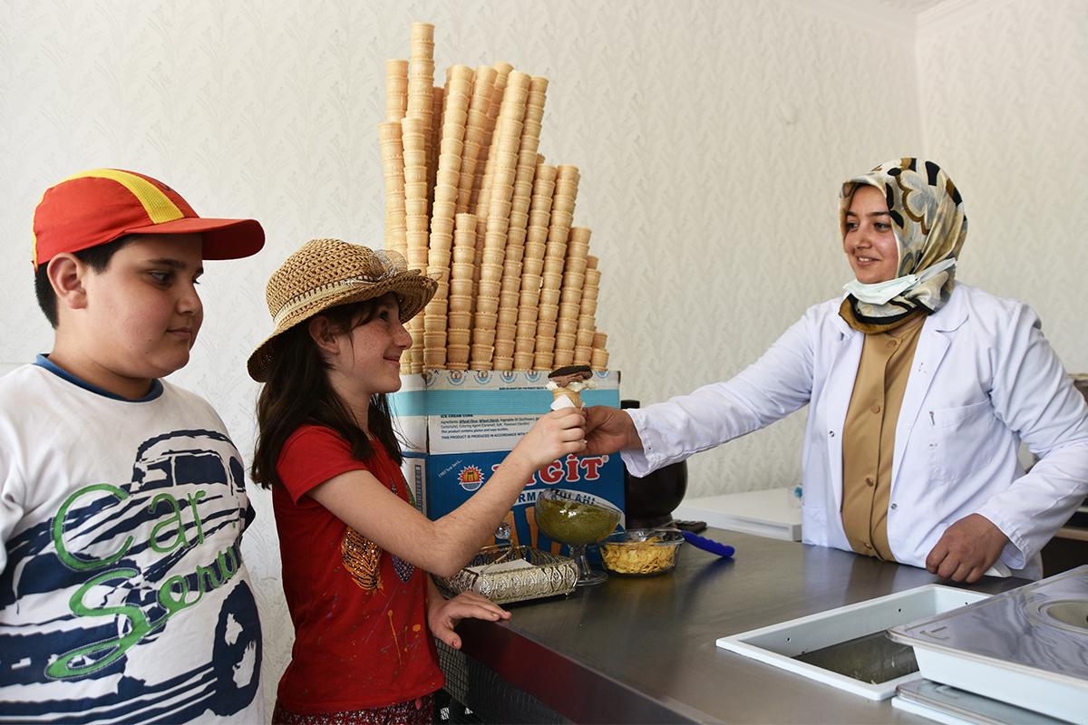 Kadın girişimci üçüncü kuşak dondurma ustası olarak mesleği sürdürüyor