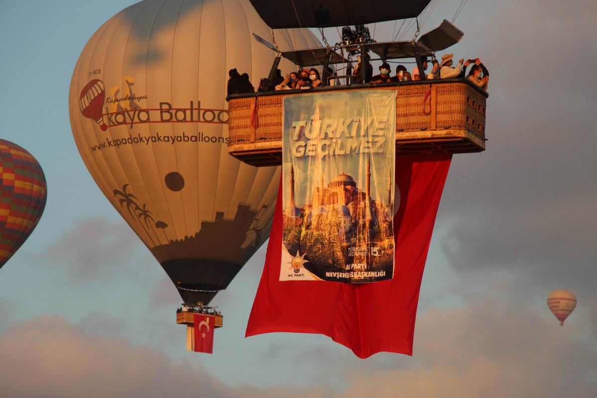 Kapadokya'da balonlar 15 Temmuz Demokrasi ve Milli Birlik Günü için havalandı