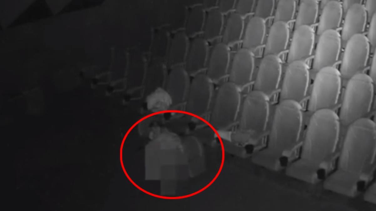 Kapalı olan sinema salonuna gizlice sızıp cinsel ilişkiye giren gençler kameraya yakalandı
