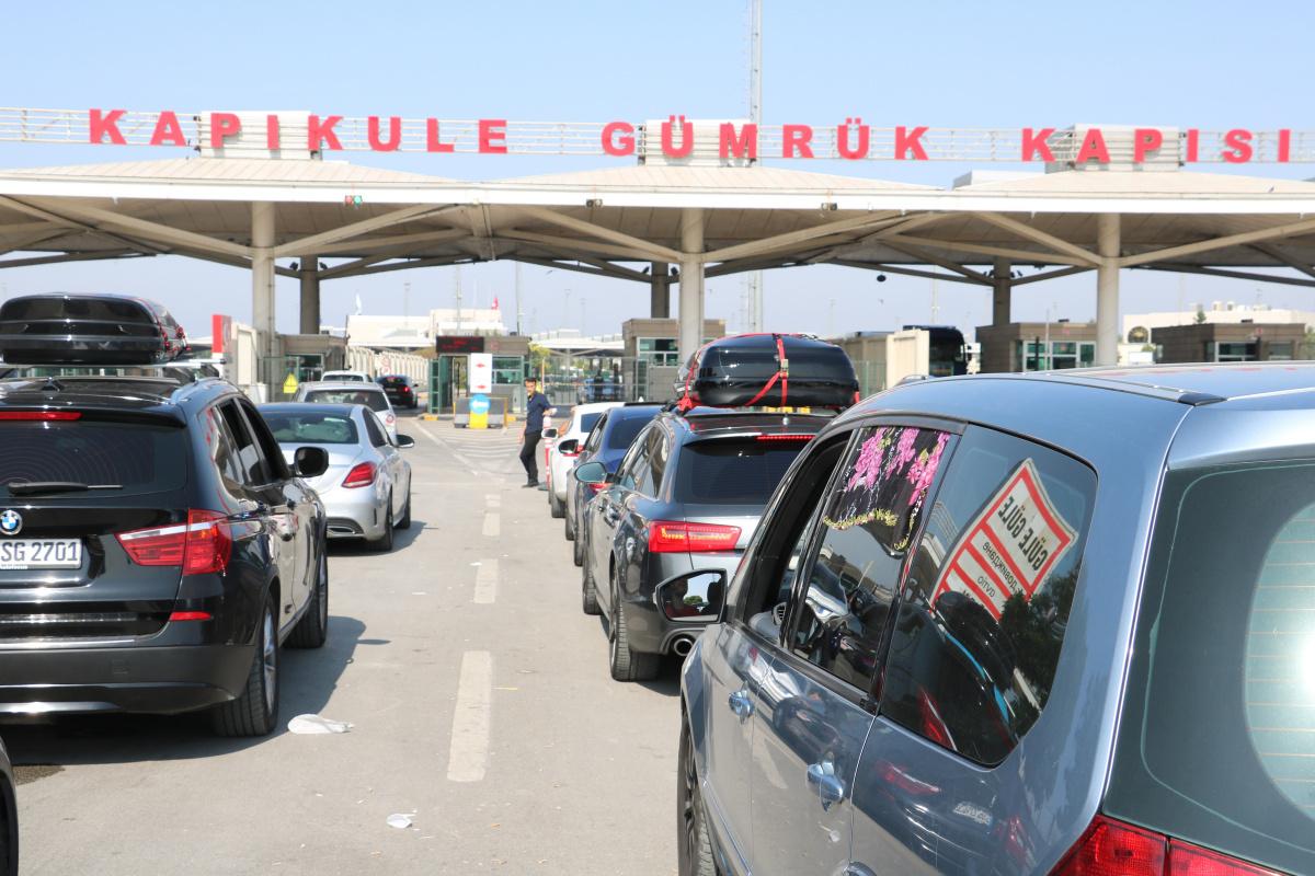 Kapıkule, Hamzabeyli ve Pazarkule sınır kapılarında yoğunluk günlerdir sürüyor