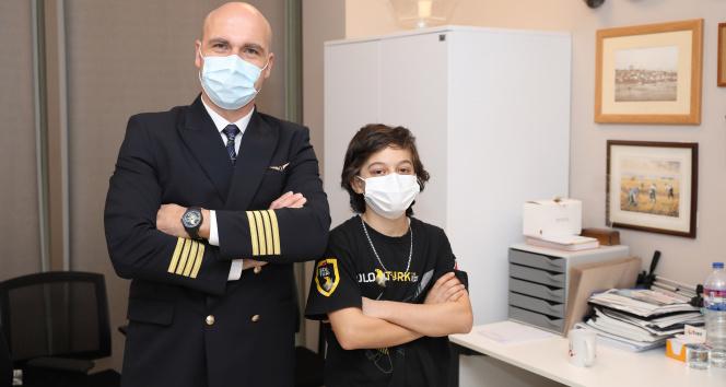 Kaptan pilottan SoloTürk hayranı Ahmet Safa'ya ağlatan sürpriz