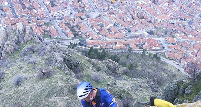 Karahisar Kalesi'ne kayalıklardan çıkmak isteyince 200 metrede mahsur kaldı