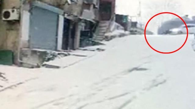 Kayıp düşen kişiye otomobil çarptı, feci kaza kamerada